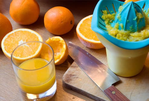 Oranges and juicer