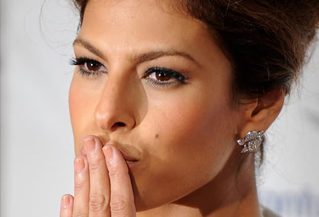 Actress Eva Mendes blows kiss at movie premiere
