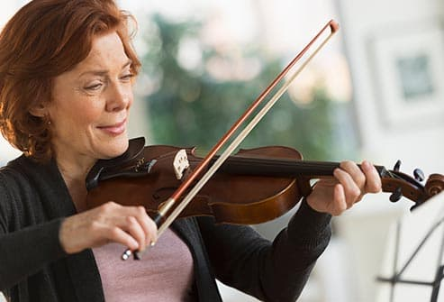 woman in playing violin