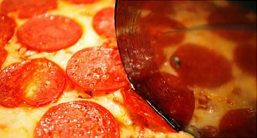 slicing pizza close up