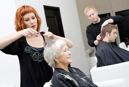 estilista corte pelo womans senior