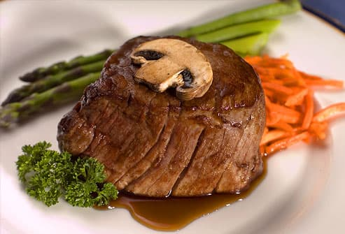Filet mignon with asparagus and carrots