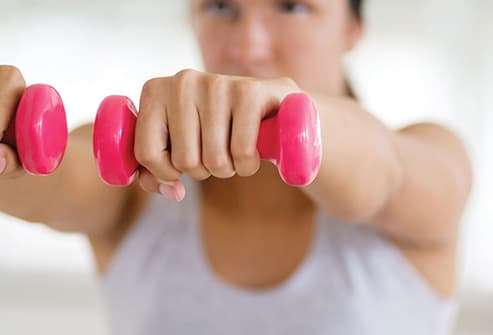 woman using free weights