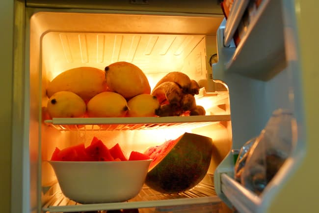 photo of mangos and other fruit in refrigerator