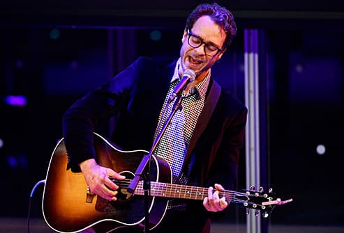 amos lee performs