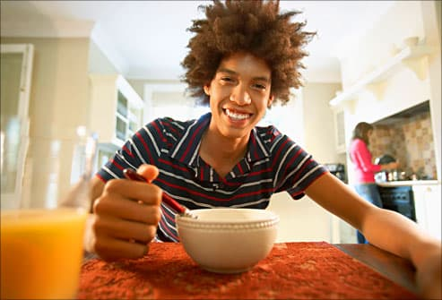 teen eating a healthy breakfast