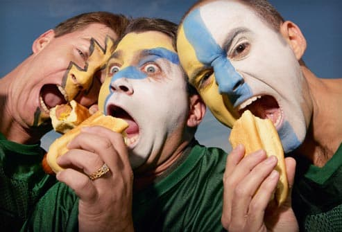 sports fans eating hotdogs